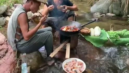 这两个人户外吃鱼火锅,隔着屏幕都觉得美味,太爽了