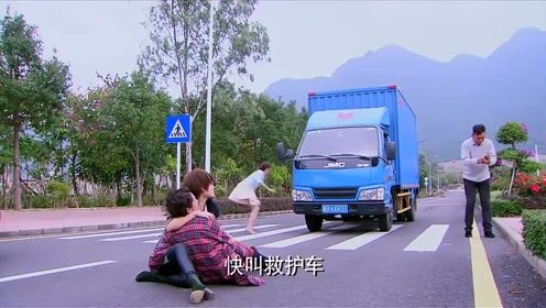 母亲出车祸现场,总裁男友跑去安慰别的女人,假千金慌了