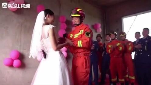 """浪漫!消防员策划求婚却被女友抢先:""""今天你要嫁给我!"""""""