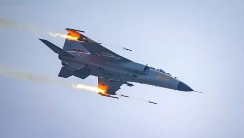 """实拍:海军""""飞豹""""战机俯冲开火发射火箭弹 飞行员被夸打得好!"""