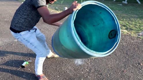 作死实验:把炮竹放在铁桶下点燃,没想到能把铁桶推上高空,太震撼了!