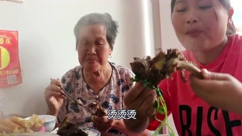 胖妹带奶奶出门下馆子,牛骨火锅第一次吃,奶奶牙套都带好了!