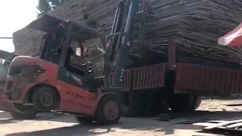 叉车司机是什么操作,这么多的货物也敢干,真是太厉害了吧!