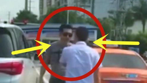 """两车马路险剐蹭,两司机怒火上头,当街上演""""真人PK"""""""