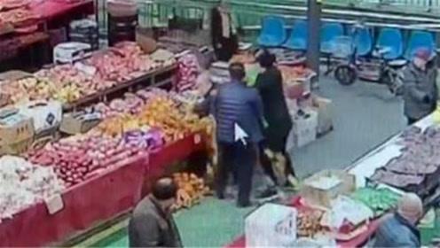 公共摊位占少了?菜市场两水果摊贩互殴
