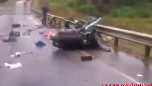 轿车雨天超速被撞粉身碎骨