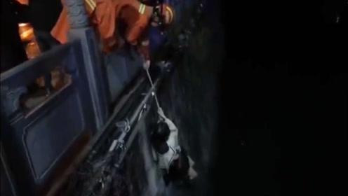 情侣凌晨醉酒后吵架跳河被困 消防紧急出动救援