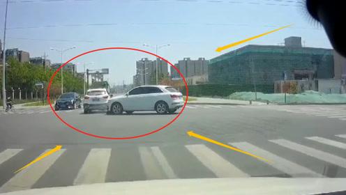 """小轿车路口不减速,惨遭SUV""""劫杀"""",记录仪拍下恐怖瞬间"""
