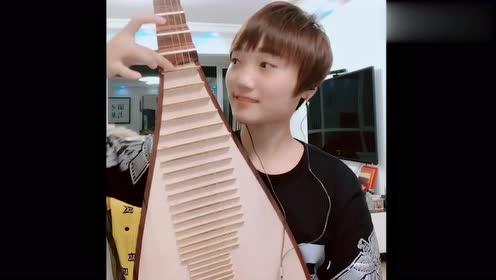 美女用琵琶弹奏《泸州月》,太好听了,让人听了还想再听