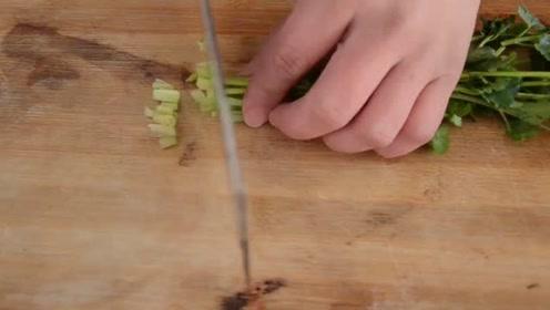 凉拌皮蛋的家常做法,酸辣开胃,让人胃口大开!