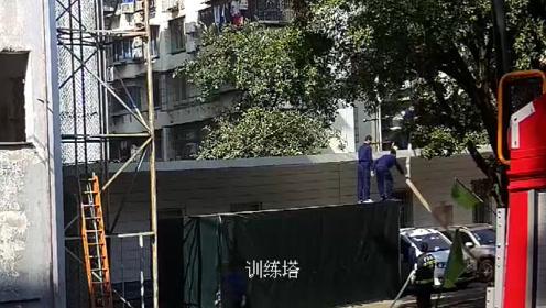 消防员正在热火朝天训练,突然一个情况,他们集体翻墙外出