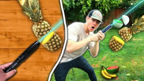 小伙自制激光剑,轻轻一挥就能切开菠萝,网友:这是特效吧?