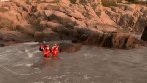 普陀山景区一游客被困礁石,消防员冒海水涨潮风险紧急救援