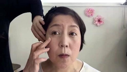 50岁大妈大变身,简单化个妆,人变好看又有气质了