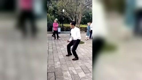 公园里看到的大叔,原来是跳舞高手,忍不住看了好几遍!