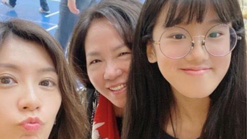 贾静雯参加女儿学校活动 梧桐妹晒祖孙三代同框很激动