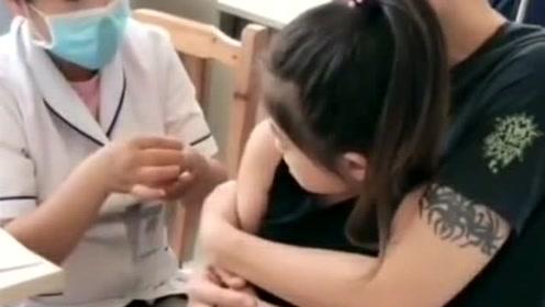 小棉袄有爸爸抱着,就算是打针也特别坚强,一直忍着不哭