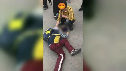 男孩遭百斤大狗袭击 满脸是血倒地不起现场惨烈
