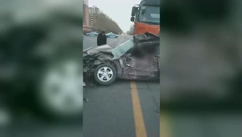 黑龙江肇东一大货车与轿车相撞 轿车秒变废铁有人员受伤