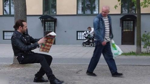 """国外""""神奇""""隐形椅,不仅能随身携带还能凭空而坐,路人一脸疑惑"""