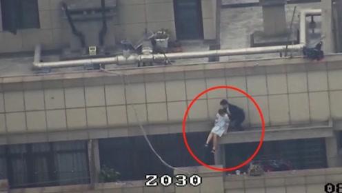 杭州一女子酒后站上30楼雨棚板边缘 众人25秒拉上天台