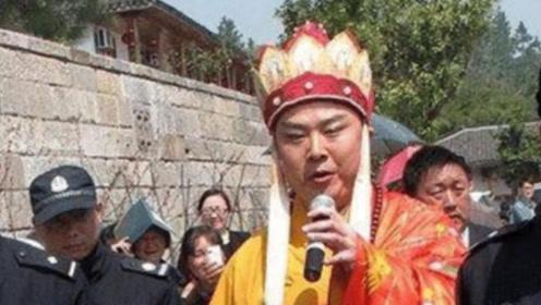 因5块钱辞演唐僧,今61岁穿袈裟景区卖唱,却没人认出他是谁