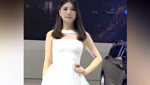车模身着白色优雅长裙