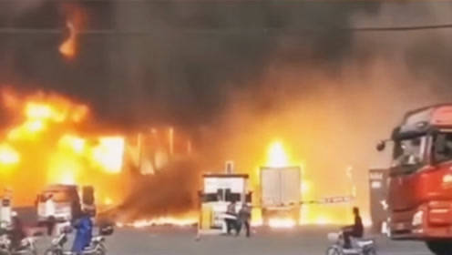 正值全国消防日!上海宝山一物流园突发大火现场浓烟滚滚