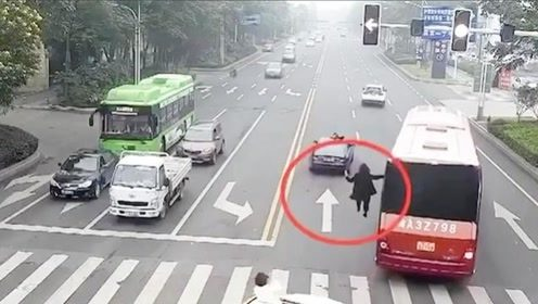 太危险!行驶的大客车外,竟挂上了一个人,吓得交警赶紧拦截