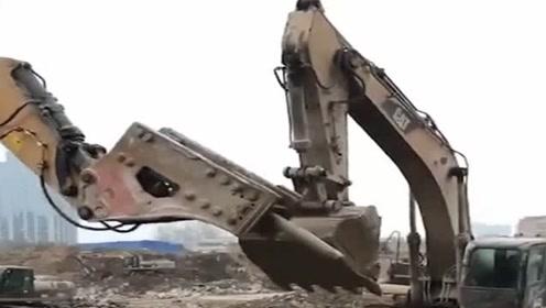 出事了,两挖掘机为了抢点活竟然打起来了,这可怎么办?