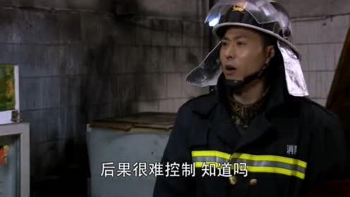 火线英雄:刘指导带新兵参观我在现场!新兵乱动!被刘指导大骂!