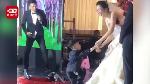 4岁男孩开童车给新婚姐姐送戒指 一个操作瞬间笑翻全场