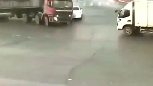 大家以为小车已经躲过大货车,不料更惨的还在后面,天降正义?