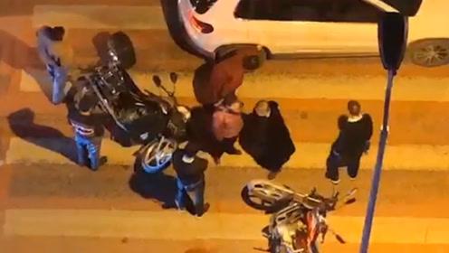 两辆摩托车相撞 双方司机还动起了手