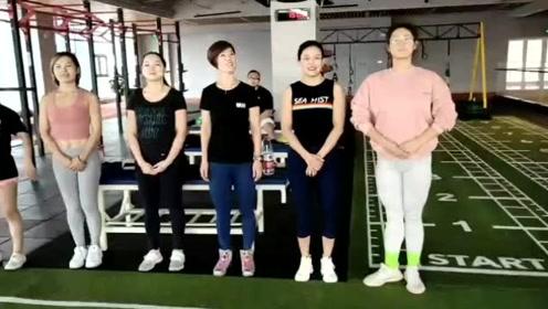 健身房的女人做自我介绍,教练看完没一个满意的