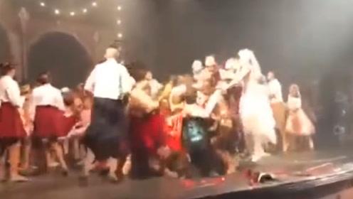 实拍!巴西舞者刚表演节目 下一秒舞台突然当场坍塌 现场顿时失控