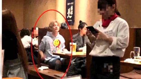 鹿晗关晓彤现身日本餐厅,两人并排坐显恩爱,小细节体现鹿晗体贴!