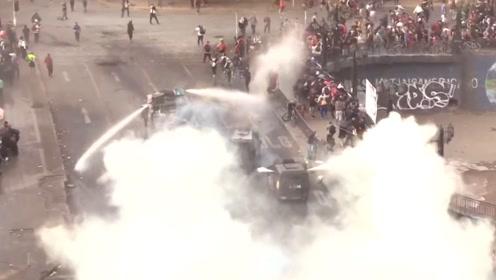 """智利示威冲突升级 示威者用镭射光""""闪瞎""""飞行员"""