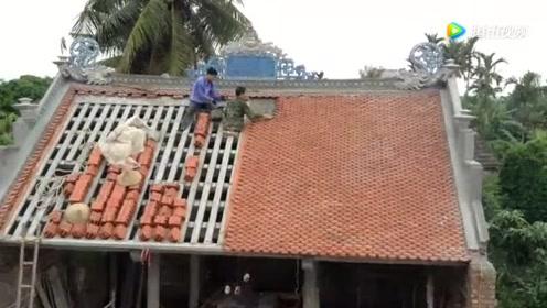请的工人在屋顶铺瓦片,也不栓个安全带,这下惨了