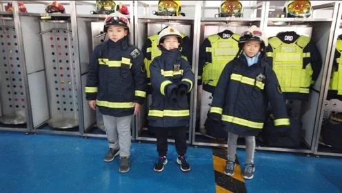"""小记者""""变身""""小小消防员 体验真实消防设备""""比我轻一点点儿"""""""