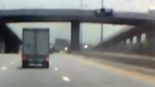 轿车翻下高架桥的惊险瞬间