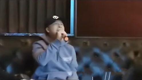 """甄子丹唱K好投入! 瘫坐在沙发里,在线""""秀""""唱功"""