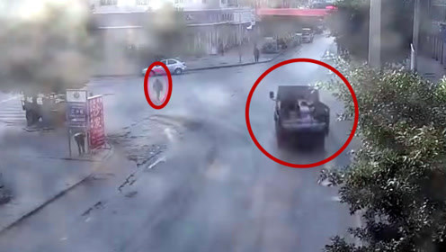 肇事司机说没看到!监拍:货车左转弯撞倒横穿马路的行人致其死亡