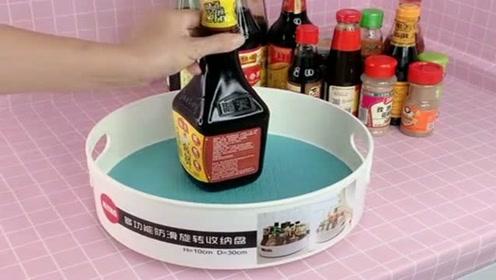 调味瓶放在灶台上不方便,入手了这个旋转调味盒,调料瓶都可放里面很干净!