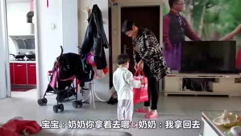 奶奶要回农村老家了,宝宝舍不得快哭了,和奶奶感情很深!