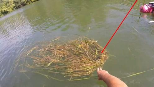 野钓人烟稀少的野河,拨开钩子上的水草,女钓友立马有点慌