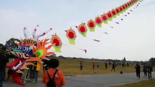 260米长巨龙风筝放飞后失控 多名成年男子被带离地面