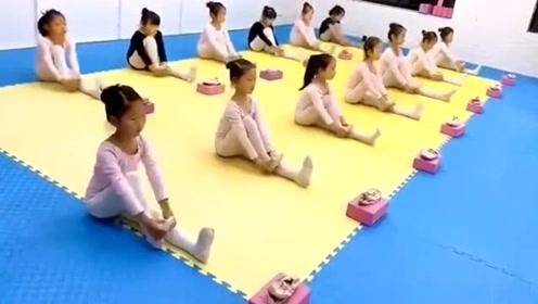 舞蹈房里的一幕,孩子们认真地练习基本功,真的太优秀了!