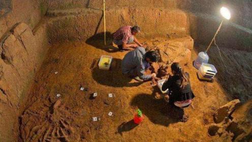 江西古墓发现46名少女陪葬,棺椁打开后,专家吓得跪地痛哭