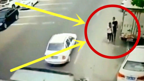 男子陪怀孕妻子路边散步,突然与死神擦肩而过,接下来的一幕太可怕!